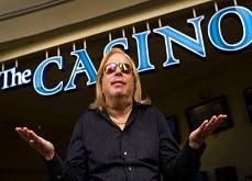 Il loupe 100.000$ de jackpot car c'est son amie qui a pressé le bouton spin