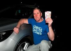 Histoire de Karma ! Il rend 30£ trouvés dans un distributeur et est récompensé avec 50,000£ de gains